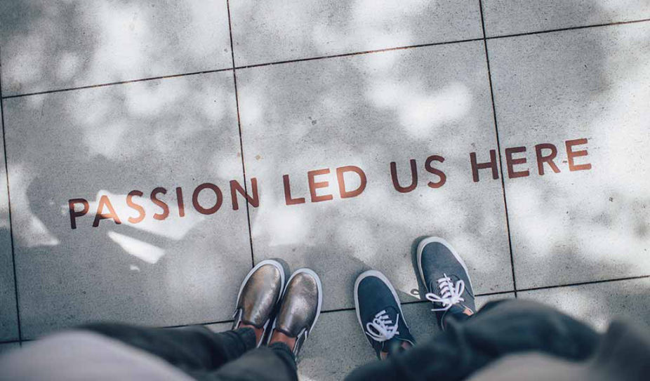 Text auf Strasse: Passion led us here